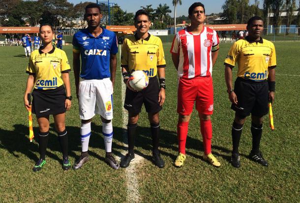Ao lado de Leandro Salvador (dir), Fernanda Nândrea (esq) foi bandeirinha da goleada da equipe sub-17 do Cruzeiro sobre o Democrata, de Sete Lagoas/MG, por 6 a 1, pela Taça BH (Foto: Divulgação/FMF)