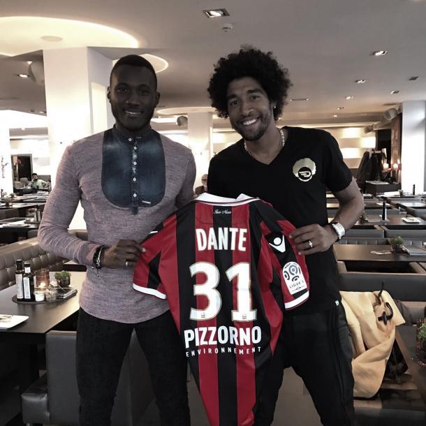 Dante le regala a Joss Guilavogui su camiseta del Niza. Foto: twitter.com/JossGuilavogui