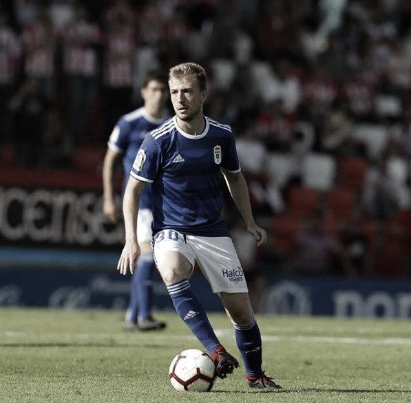 Edu Cortina conduce la pelota en el partido de su debut, en el Anxo Carro lucense. | Imagen: Real Oviedo