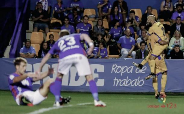Mossa ayuda a Carlos Hernández a levantarse tras encajar un gol en Alcorcón. | Imagen: AD Alcorcón