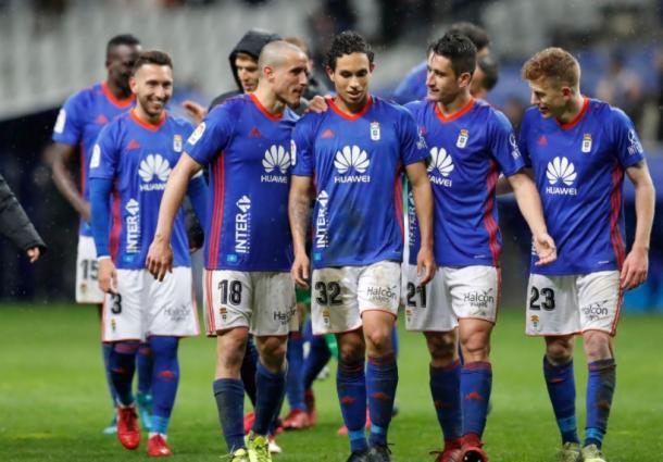 Los jugadores del Real Oviedo celebran la victoria ante el Granada, conseguida gracias al gol de Steven. | Imagen: Real Oviedo