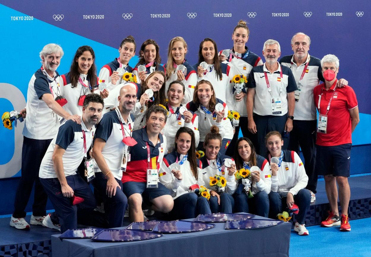Photo of the Spanish Women's Waterpolo Team with the silver medal at the Olympic Games // Source:  Spanish Olympic Committee