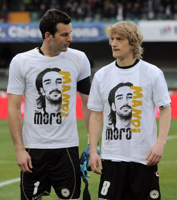 Sus compañeros le rendían homenaje con camisetas. Foto: SkySports