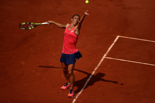 Francesca Schiavone prepares to hit a serve during her first-round match against Garbiñe Muguruza at the 2017 French Open. | Photo: Julian Finney/Getty Images