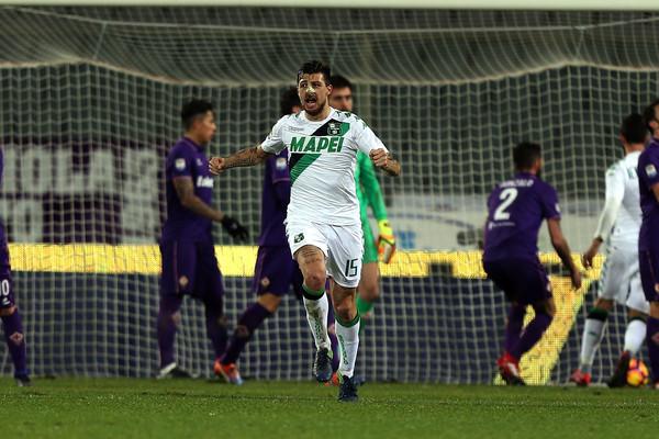 Acerbi da la carica alla squadra dopo il gol della speranza segnato al Franchi di Firenze. Fonte foto: Getty Images Europe.