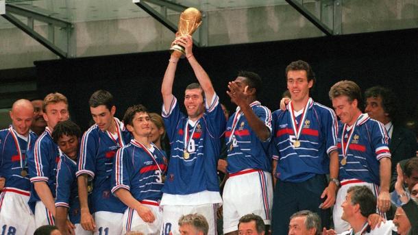 Zinedine Zidane alzando la Copa del Mundo a los cielos de París. Fuente: FIFA.