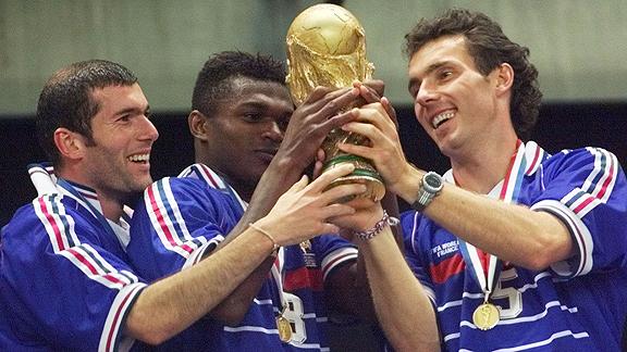 Zidane, Desailly y Blanc de izquierda a derecha en el triunfo más importante del fútbol francés multicultural. Cortesía de ESPN