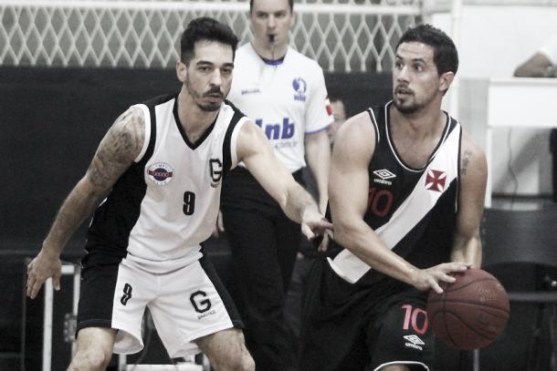 Maestro vascaíno, Palacios levou a melhor no duelo individual contra Fred, armador do Ginástico (Foto: Paulo Fernandes/Vasco.com.br)