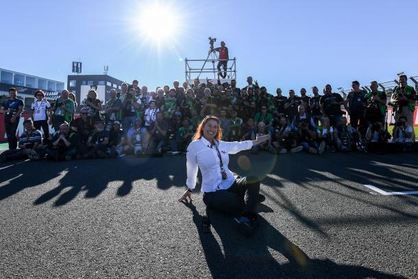 Friné Velilla con su equipo de prensa en un Gran Premio.   Fuente: MotoGP