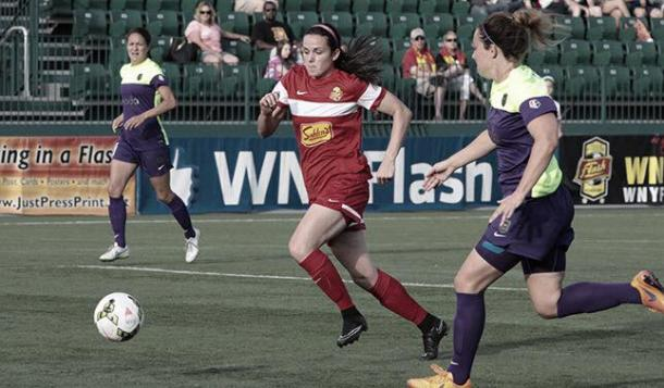 Boston Breakers sign Amanda Frisbie. Photo: Amanda Frisbie (center) as she plays for WNY Flash against Seattle Reign. Source: WNY Flash