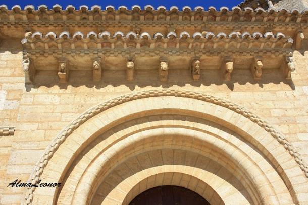 Canecillos de la puerta frontal de San Martín en Fromista (Palencia). Imagen: AlmaLeonor (VAVEL).