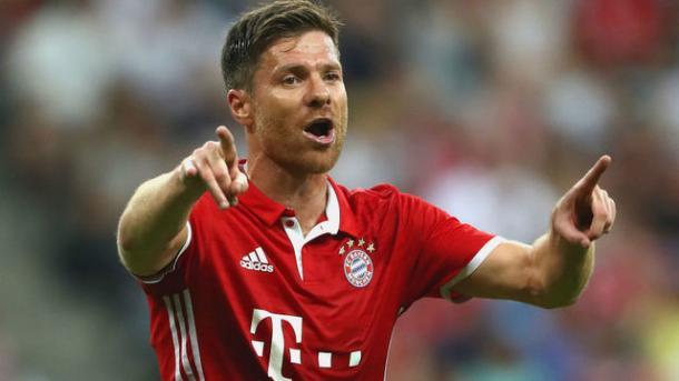 Xabi Alonso dirige el juego del Bayern de Múnich. Foto: fcbayern.com