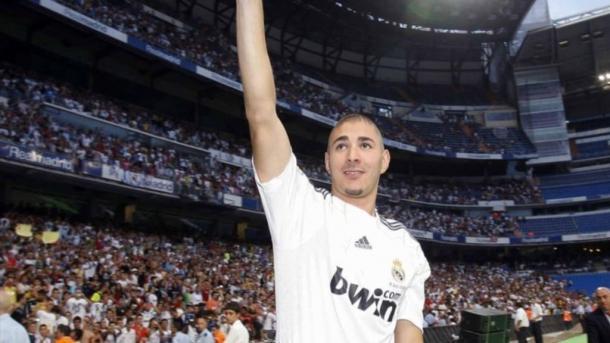 Karim Benzema saluda a su nueva afición en su presentación como jugador del Real Madrid | Foto: Yahoo Sports