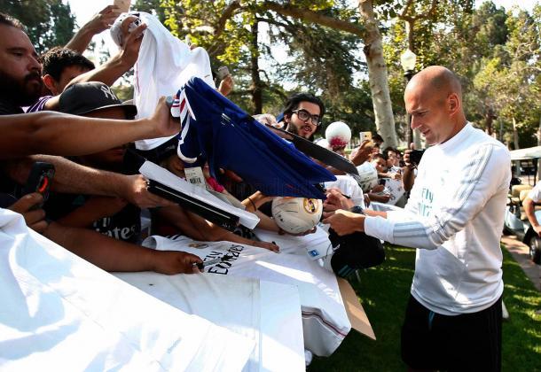 Zidane firma autógrafos | Fuente: www.realmadrid.com