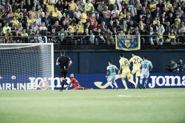 Momento exacto del primer gol de Soriano. Foto: VAVEL.
