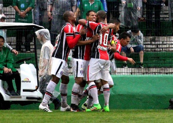 Diego Felipe comemora com seus companheiros o primeiro gol do JEC (Foto: Divulgação/Joinville EC)