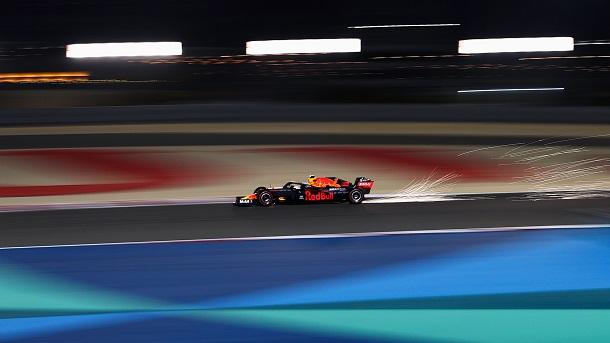 Chispas saliendo del monoplaza de Verstappen. Fuente: Red Bull