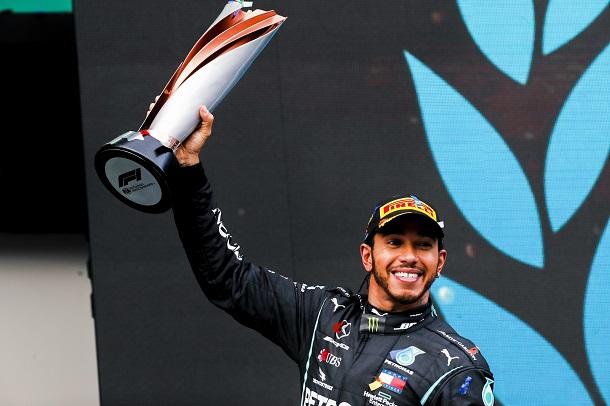 Lewis Hamilton en el podio. Fuente: Mercedes