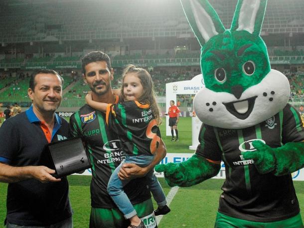 Leandro Guerreiro foi bastante homenageado antes da despedida do América-MG (Foto: Mourão Panda/AFC)