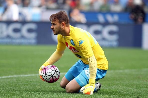 Gabriel em ação pelo Napoli; goleiro defendeu o clube partenopeu em 2015 (Foto: Andrea Spinelli/Getty Images)