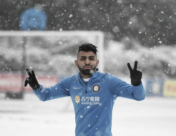 Gabigol treina sob nevasca, no CT Appiano Gentile, em Milão (Foto: Claudio Villa/Internazionale)