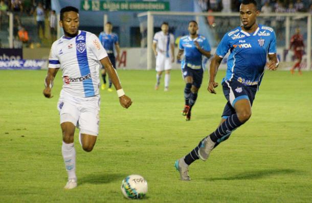 Zagueiro Gabriel (dir.) levou terceiro amarelo contra o Paysandu (Foto: Fernando Torres/Paysandu SC)