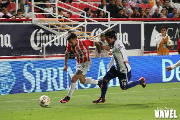 Gallegos y Hernández disputan el balón
