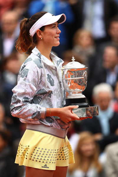 Garbiñe Muguruza listens to the Spanish national anthem while holding the Coupe Suzanne Lenglen (Roland Garros has a tradition of playing the national anthem of each singles winner every year).