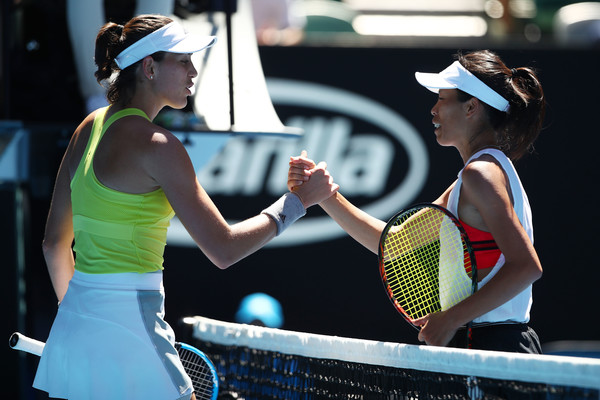 Muguruza congratulates Hsieh at the net after their high-quality encounter | Photo: Clive Brunskill/Getty Images AsiaPac
