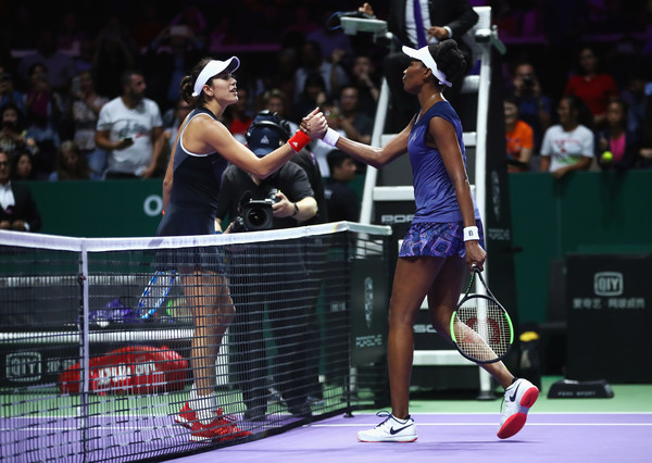 Muguruza and Williams share a warm handshake at the net | Photo: Clive Brunskill/Getty Images AsiaPac