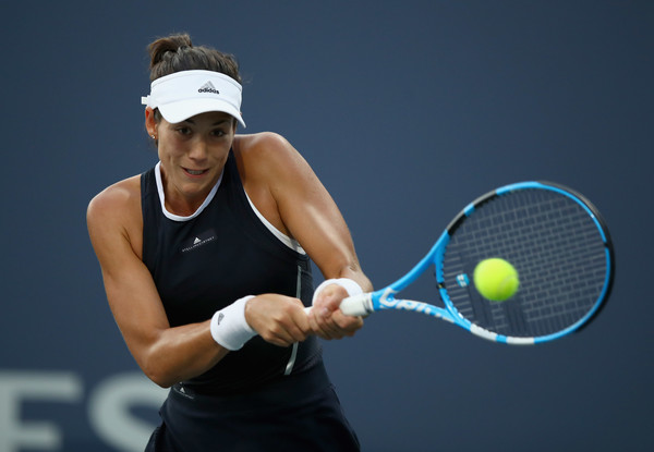 Garbiñe Muguruza hits a backhand during her second-round match at the 2017 Bank of the West Classic. | Photo: Ezra Shaw/Getty Images