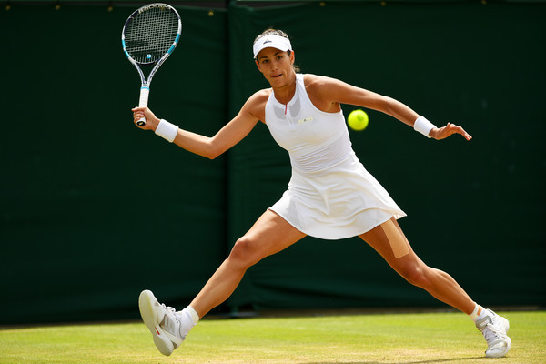 Garbine Muguruza reaches out for a forehand during her match against Kerber | Photo: Shaun Botterill/Getty Images Europe