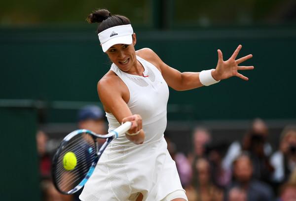 Garbiñe Muguruza hits a forehand during the 2017 Wimbledon final. | Photo: Shaun Botterill/Getty Images