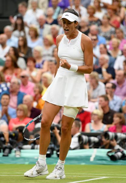 Garbiñe Muguruza celebrates after winning a point against Venus Williams during the 2017 Wimbledon final. | Photo: David Ramos/Getty Images