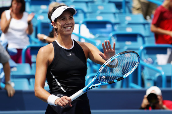 Garbiñe Muguruza applauds the crowd after the improbable victory against Svetlana Kuznetsova | Photo: Rob Carr/Getty Images North America