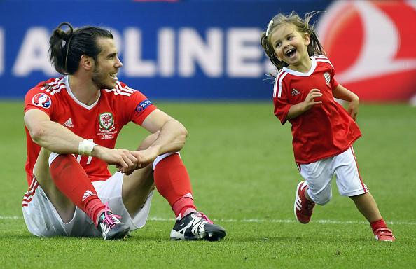 Bale celebrates after the game with his daughter, Alba | Photo: Damien Meyer/AFP