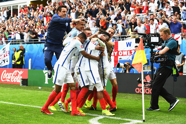 Sturridge celebrates with the entire squad | Photo: Michael Regan/The FA