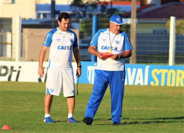 Geninho e seu auxiliar, Evando, quebram a cabeça para montar time do Avaí (Foto: André P. Ribeiro/Avaí FC)