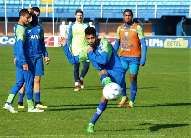 Getúlio (frente) pode ganhar mais uma chance entre os titulares (Foto: André Palma Ribeiro/Avaí FC)