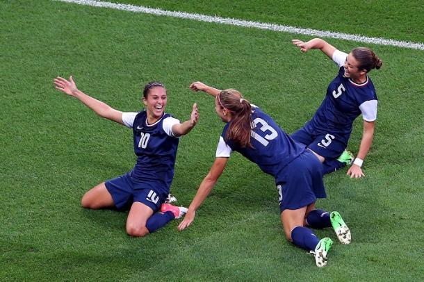 Melhor do mundo, Carli Lloyd (#10) ajudou os Estados Unidos a vencer o Japão por 2 a 1 na final de Londres 2012 (Foto: Ronald Martinez/Getty Images)
