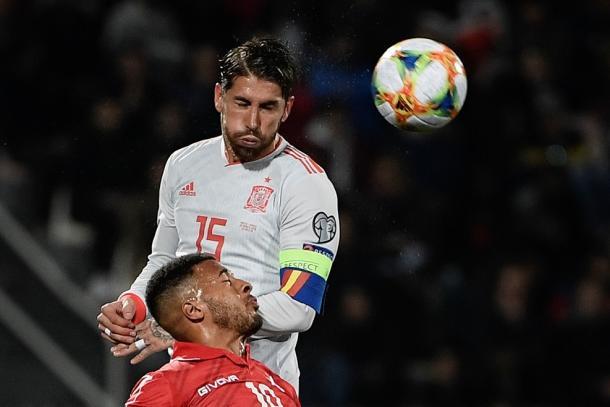 Ramos despeja un balón ante el único atacante maltés I Foto: UEFA