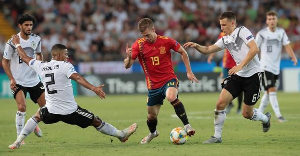 Dani Olmo entre jugadores alemanes / Foto: UEFA