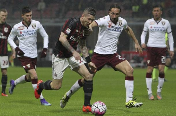 Kucka (centre) surges forward with the ball. Image source: Toro News