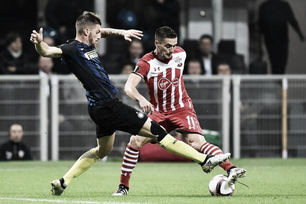 Santon in contrasto con Tadic. Fonte: gettyimages.it