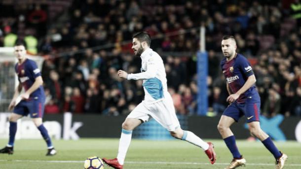 Carles Gil conduce el balón en el Camp Nou / Foto vía LaLiga