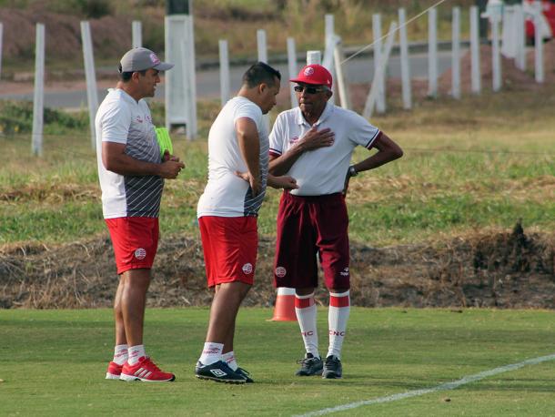 Comandante alvirrubro define equipe antes da viagem (Foto: Léo Lemos/Náutico)