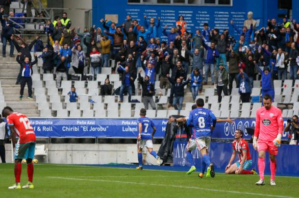 Aarón Ñíguez se va al córner para celebrar el gol con la afición. Miguel Linares primero y Ramón Folch después, le siguen.