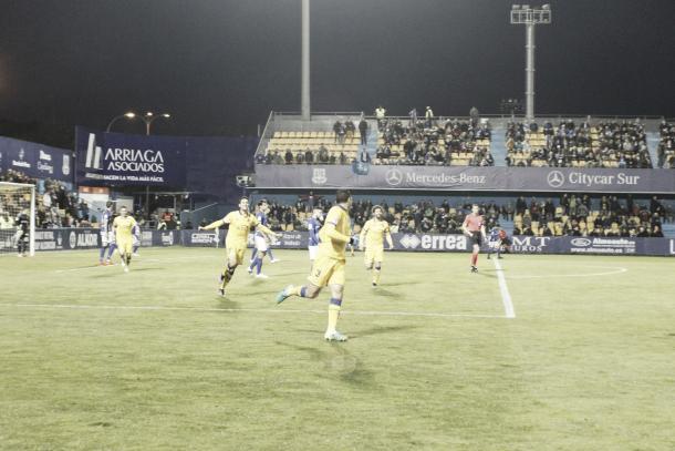 David Navarro celebra su gol junto con sus compañeros | Foto: Manu Gutiérrez (VAVEL)