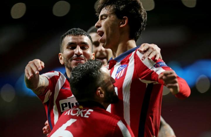 El portugués celebra el gol junto a sus compañeros // FOTO: Twitter del Atlético de Madrid