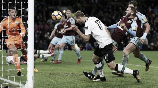 Klavan cabeceó en el último minuto para el triunfo agónico del Liverpool ante Burnley. Foto: Premier League